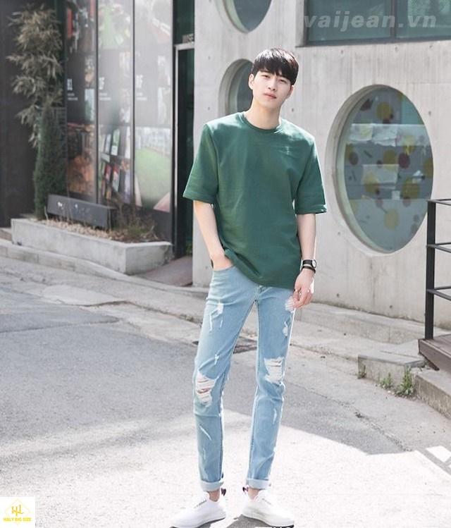 Áo thun nam với quần jean rách