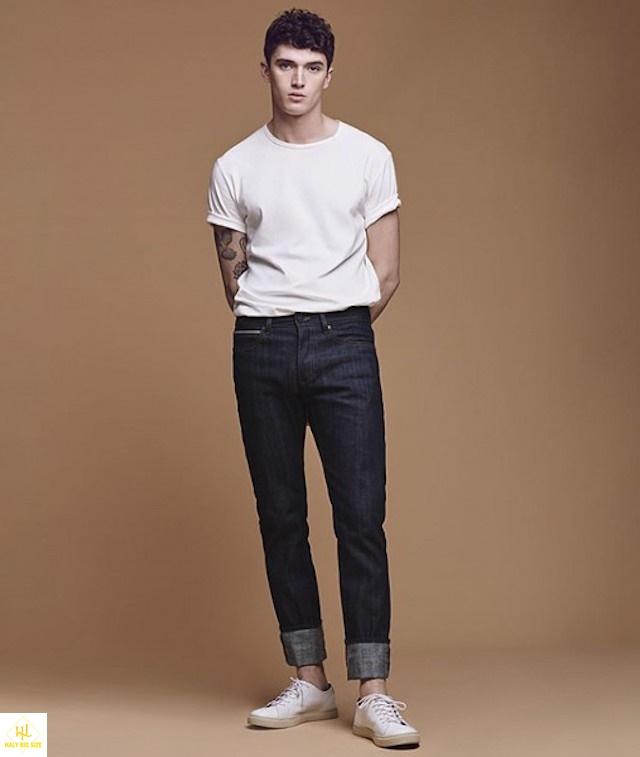 áo thun trắng với quần jean