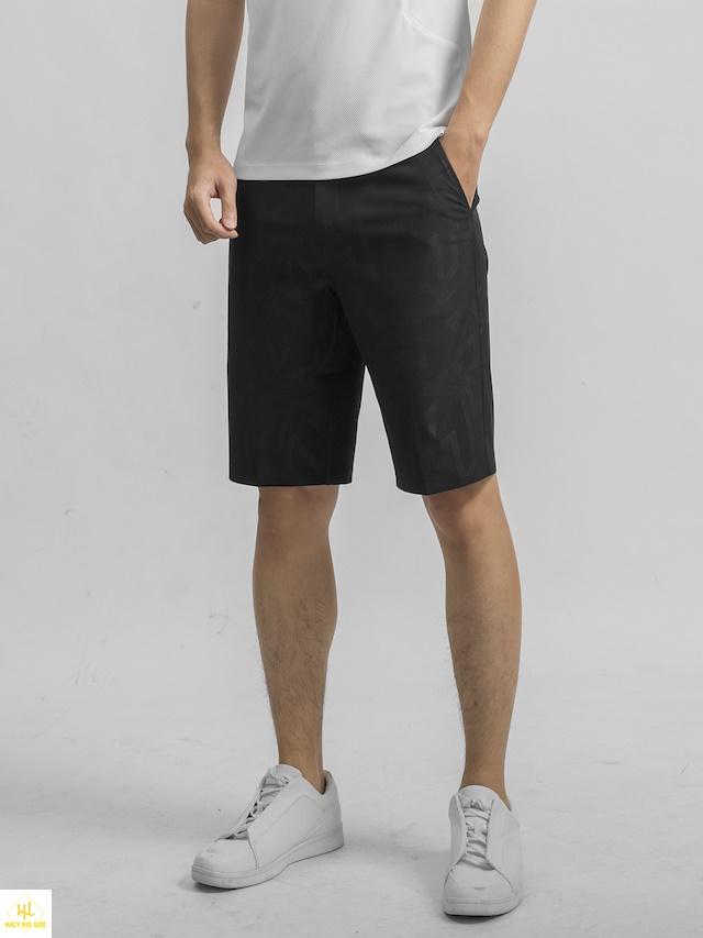 Áo thun trắng với quần short