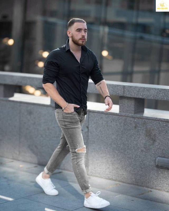 Áo sơ mi đen với quần jean