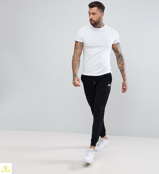Áo thun trắng với quần jogger