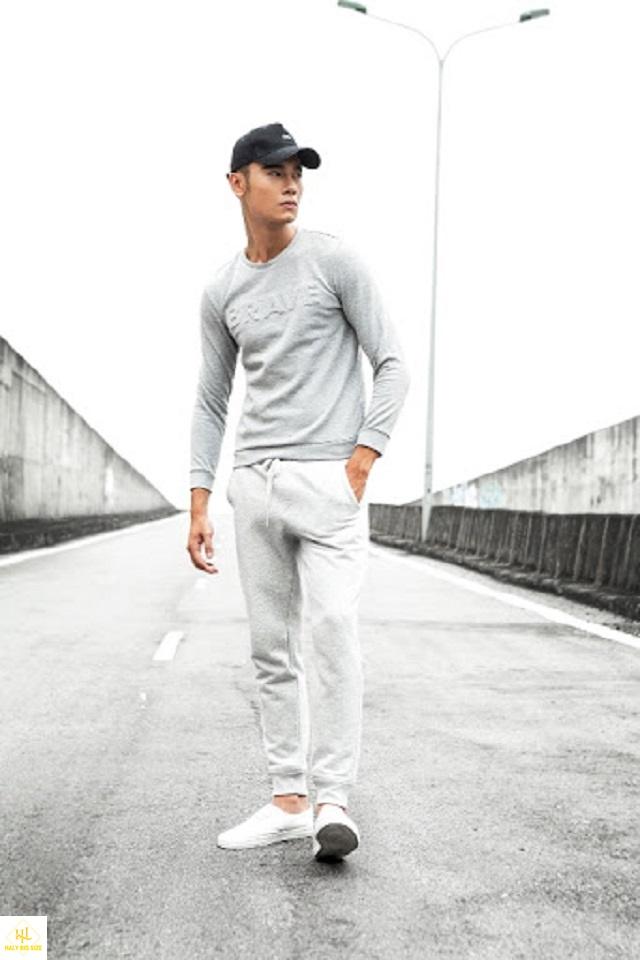 Áo thun tay dài nam với quần jogger